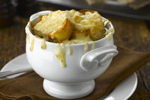 Vous succomberez à coup sûr à notre version de la soupe à l'oignon. Garnie de tranches de baguette et de fromage suisse, elle mijote longuement, d'où sa riche saveur.