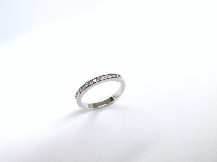 Delicada argolla en oro blanco de 18k  con diamantes que realzan el brillo y su belleza.   R777 #duranjoyerosbogota #joyeria #joyasbogota #hermosasjoyas  #argollasdematrimonio #argollas #oro #hechoamano #matrimonio #novios #compracolombiano #Colombia #gold  #handmade #jewelry #fabricaciondejoyas #renovamostujoyero #Fabricaciondejoyasenoroyplatino