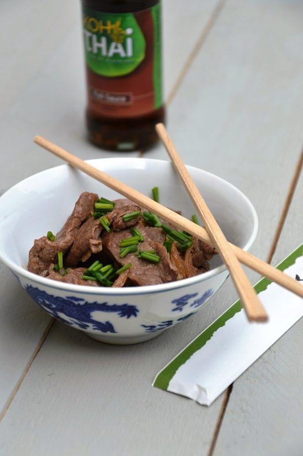 Ossenhaas: snel en gemakkelijk. Ossenhaas wokken met ui, knoflook en vissaus. Lekker met witte rijst of gewokte groenten met noedels. Succes verzekerd!