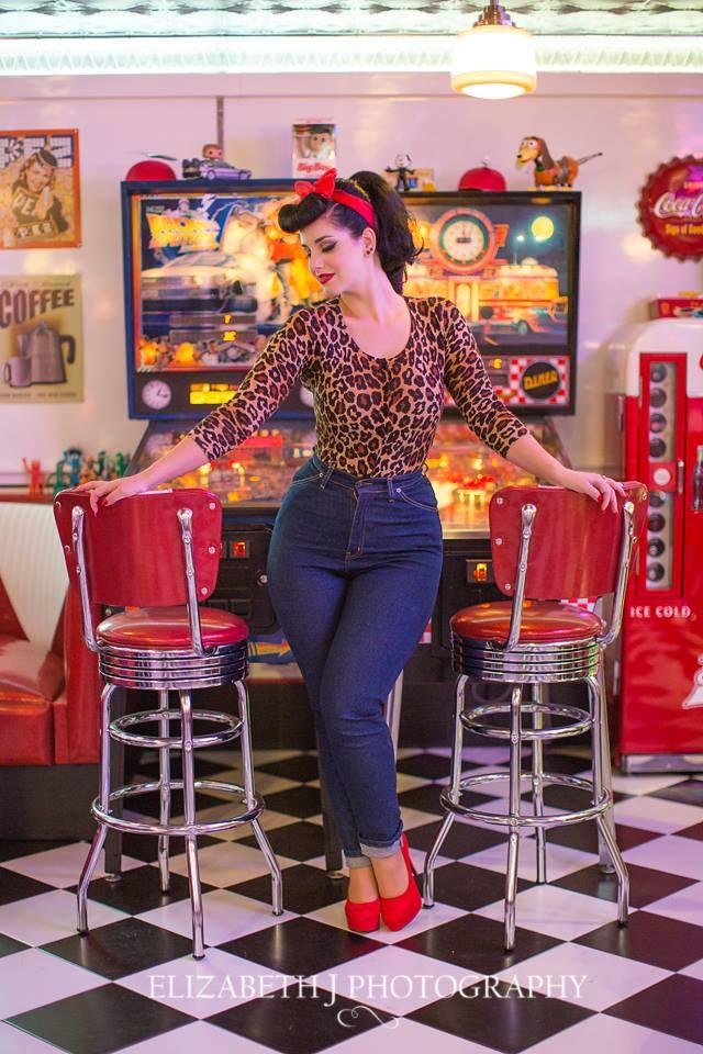 Podria lleva un look simitlar con pitilos, camisa leopardo y sandalias azules :)