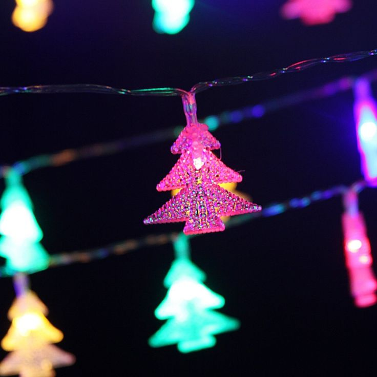 LD075 - 40 LED Multi-Color Christmas Tree String Lights. Total Length: 420cm(163.8inch), distance between each light is about 10cm(3.9 inch) , the length of the Xmas tree light is 4cm/1.56inch Colourful Xmas tree lights- Great for Christmas,weddig,indoor Patio Decoration. Powered by 3xAA batteries (not included). Support up to 70 hrs with 3 batteries (depending on the battery quality) Two modes: steady & twinkling; control the button to switch the on/ off/ flash Note: Not waterproof