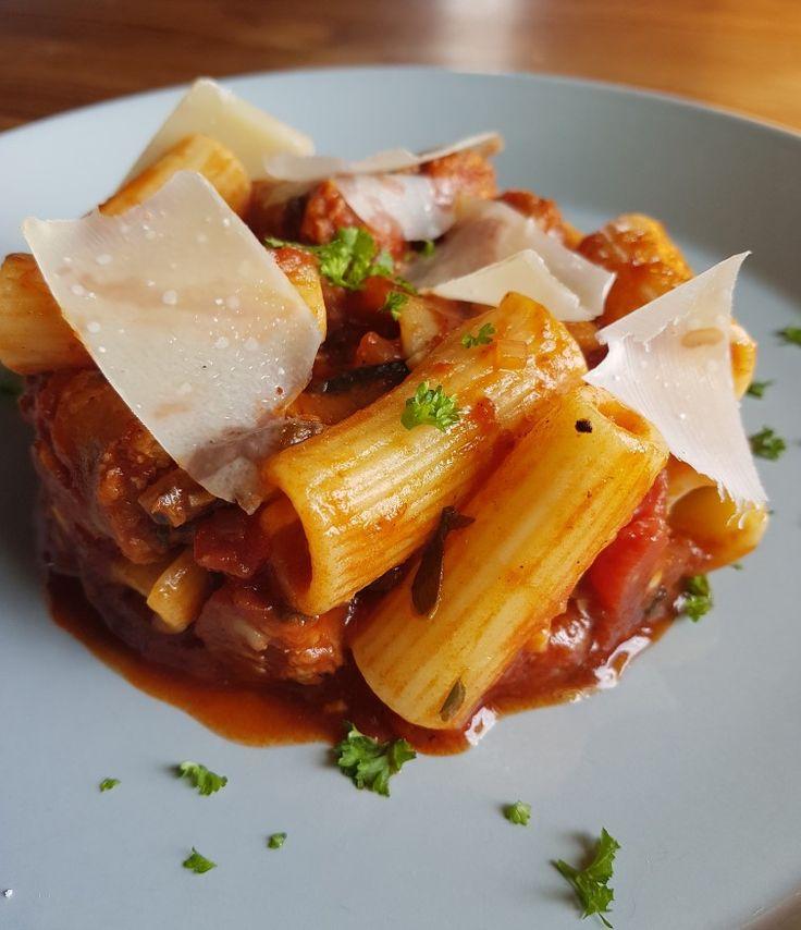 Rigatoni met pikante Italiaanse worst en parmesan