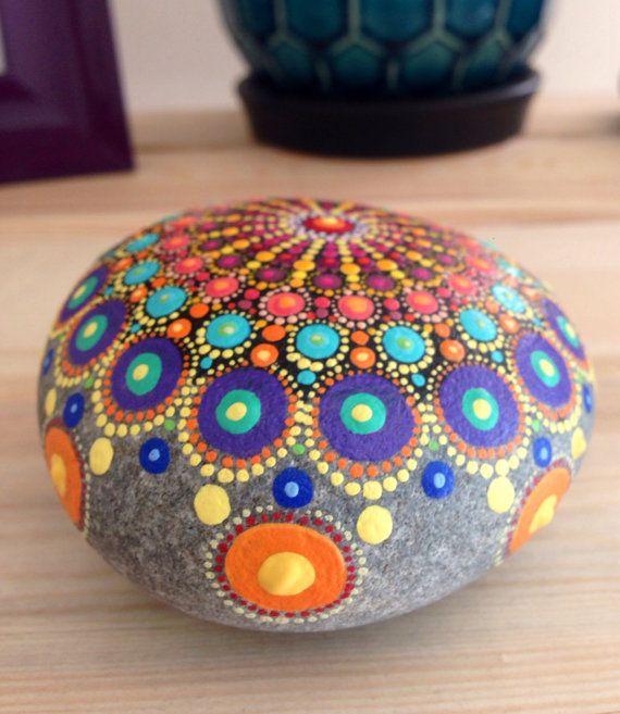 De la orilla en la playa de Leeuwarden, Nova Scotia, viene a usted esta piedra colorida. Pintado a mano en una gran variedad de colores brillantes, esta piedra me recuerda de la carpa y el circo :) La pintura acrílica ha sido sellada con 3 + capas de acabado acrílico aerosol protector. La piedra es grande y redondo, mide aproximadamente 8,5 m de diámetro y 4,5 cm de espesor. Pesa 490g sin envasar. Coste de envío es estimado pero generalmente incluye seguimiento y seguro para los pedidos de…