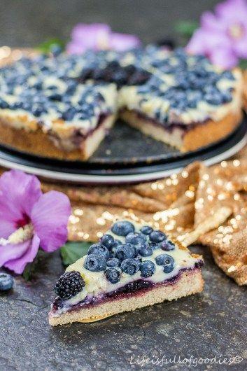 Es ist morgens, 7 Uhr. Die Sonne scheint, der Kaffee duftet und nun gönne ich mir ein Stück von diesem sensationellen Blaubeer-Pudding-Kuchen zum Frühstück!