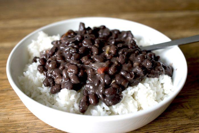 Il moros y cristianos è il vero piatto nazionale cubano, preparato con fagioli neri e riso, i fagioli verranno lessati prima di essere aggiunti alla ...