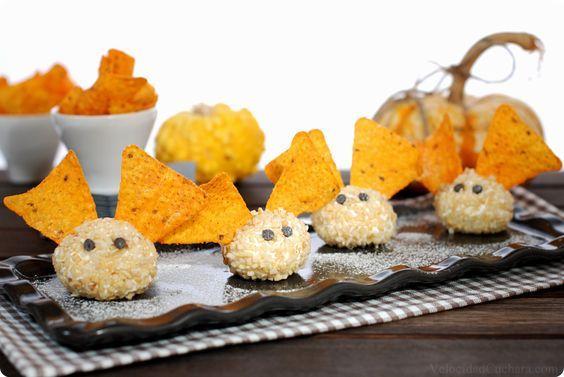 Receta fácil para Halloween. Muy sencilla de realizar, solo necesitarás queso de untar, almendras, perlitas de chocolate y triángulos de maíz o doritos