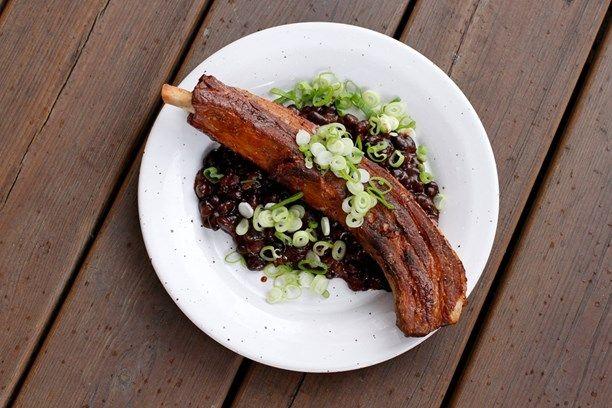 Grillribs med BBQ-black beans. Foto: Meny i P1