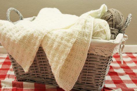 Heerlijk! Een wol zachte witte babydeken haken voor je kleintje :) Het haakrecept is recht toe, recht aan. Je kunt dus aan één stuk door haken!