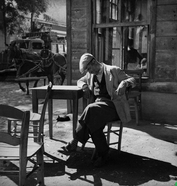 """Paşabahçe, Istanbul, 1951. by Ara Güler. """"...Paşabahçe'de Polonezköy'e gitmek için atlı araba beklerken bu kahvede buluşulur ve oradan Polonezköylüler bizleri alır atlı arabalarıyla köye götürürlerdi..."""""""