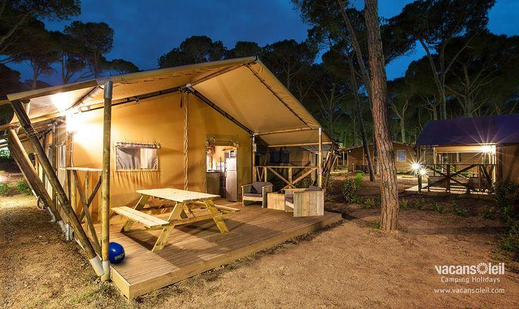 Dit is wel echt kamperen zoals het bedoeld is. Je slaapt tussen de bomen, hoort de vogels ritselen boven je hoofd en wordt 's ochtends wakker gemaakt door de eerste zonnestralen. Dit alles in de luxe setting van een safaritent. Dat betekent slapen in echte bedden, koken in de eigen keuken en in de Serengeti safaritent zelfs badderen in de badkamer met moussondouche!