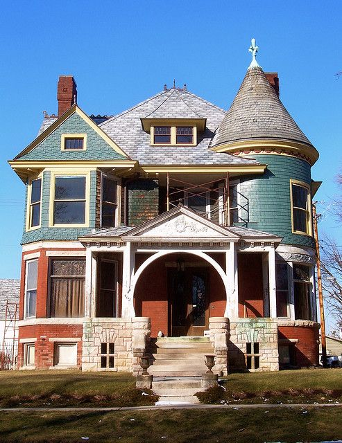 Victorian. I have ALWAYS wanted a house like this. Fixer upper. Maybe one day.
