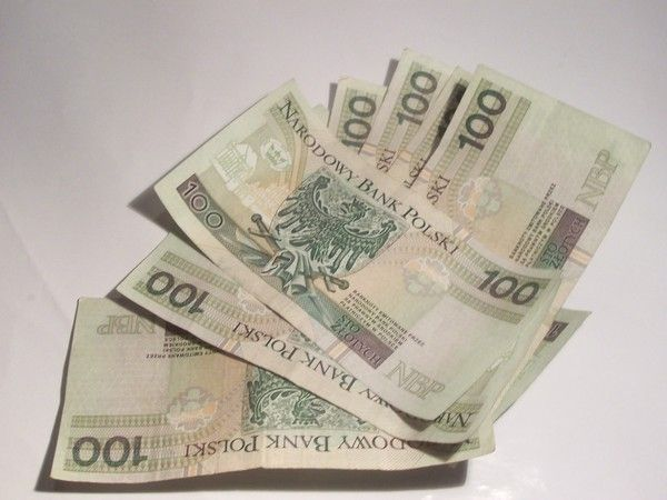 sześć banknotów o nominale 100 PLN