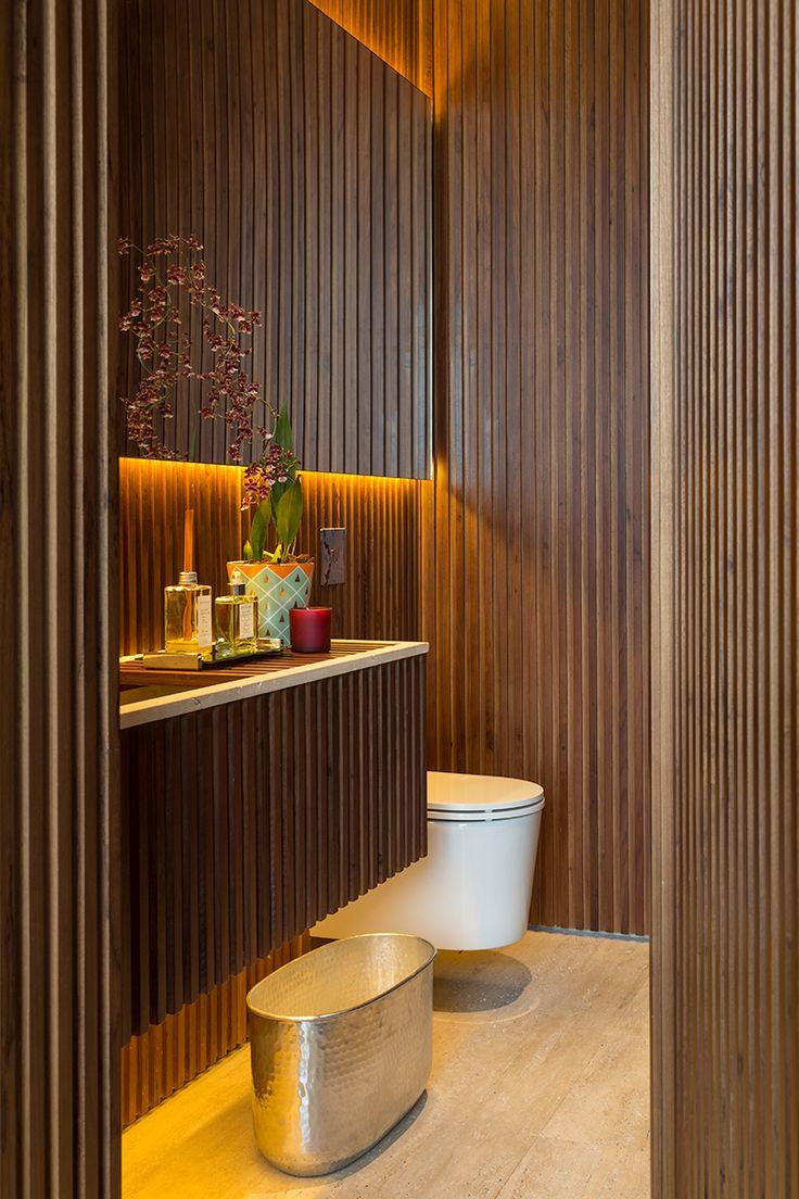 Luz indireta e muita madeira tonaram esse lavabo um cantinho muito especial no projeto dessa casa.I Madeira freijó maciço.