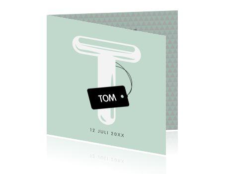 Geboortekaartje in verfrissend mint groen met twee zwarte labels en speelse patronen. De initialen en teksten zijn allemaal aan te passen.