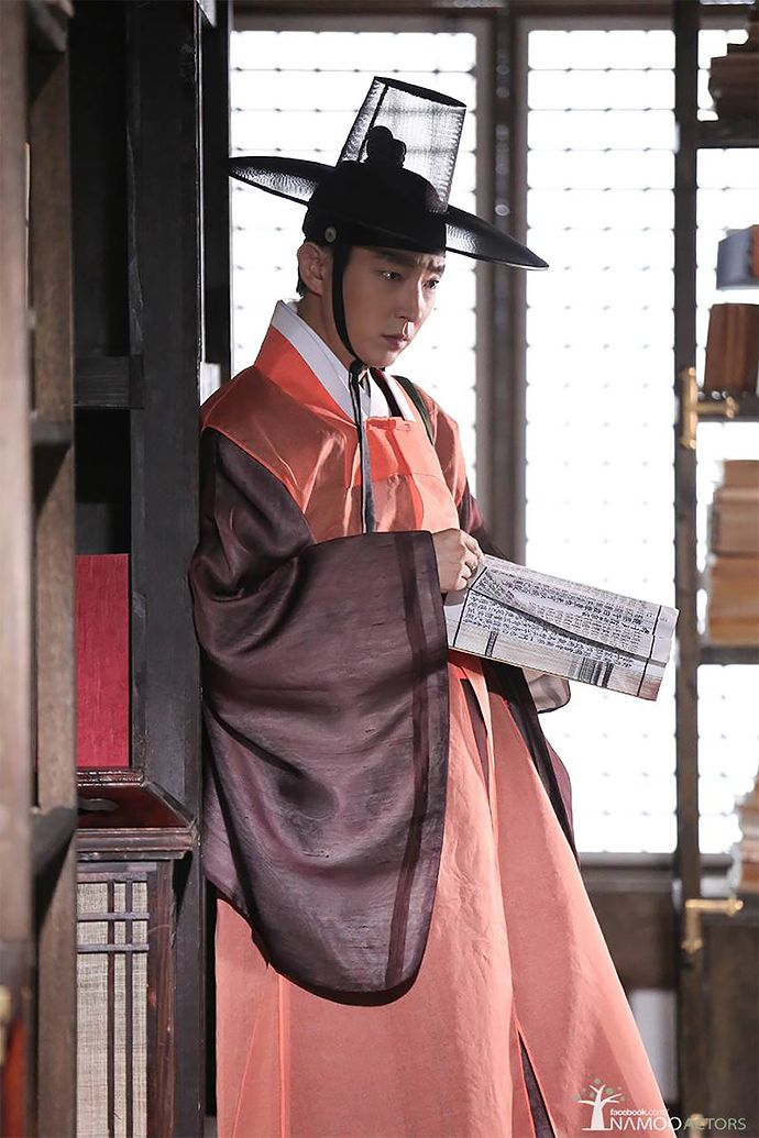 """Scholar Who Walks The Night"": Lee Jun Ki Rocks Several Looks + Library Stop With Gender Bender Lee Yoo Bi 