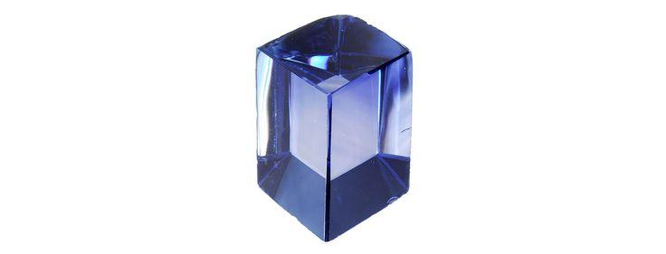 """Corindon - Saphir de Louis XIV dit """"Le Grand saphir"""" Ce saphir, dit """"Le Grand Saphir"""" est un des plus beaux saphirs connus au XVIIe siècle. Louis XIV, qui appréciait les gemmes bleues, en fait l'une des pièces principales des Joyaux de la Couronne. Contrairement au Sancy et au Bleu de France, cette pierre n'a pas été volée lors du grand vol des Joyaux de la Couronne en septembre 1792."""