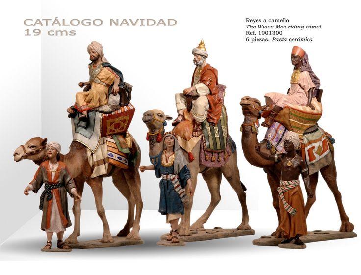 REYES A CAMELLO. Figuras de belén/pesebre, de pasta cerámica policromada, de 19 cm. Autor José Luis Mayo Lebrija.