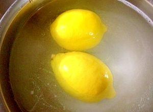 レモンりんご野菜の農薬ワックスを重曹で落とすやり方 塩レモンやフルーツティーなどで、果物を皮ごと食べたい時、農薬やワックスが気になりますよね☆重曹を使って、それらをスッキリ落としていきましょう♪(^o^)/。レモン、りんご、野菜など,重曹,水