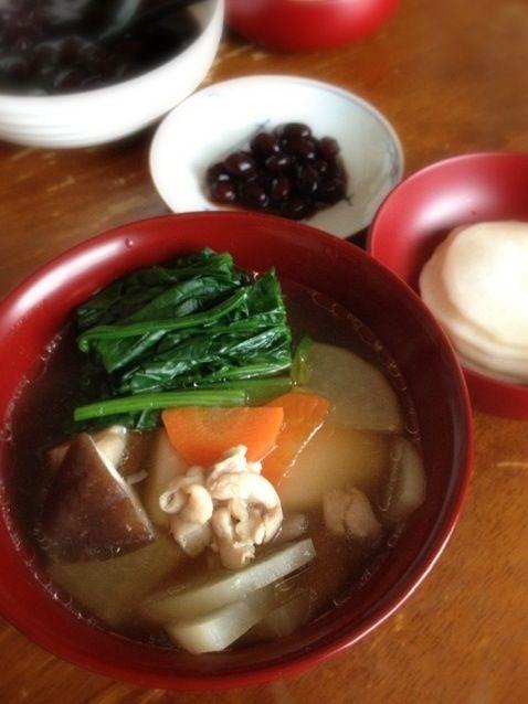 ウチの雑煮は、醤油おすまし・鶏肉・大根・人参・青菜・椎茸・焼き角餅。蒲鉾と青のりは省略。 - 18件のもぐもぐ - お雑煮 by raku0dar