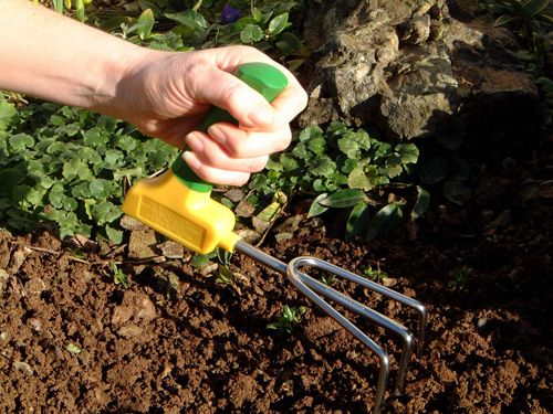 Ergonomic Easi-grip garden cultivator Ergonomically angled handle keeps hand and wrist in a natural position, preventing strain whilst gardening
