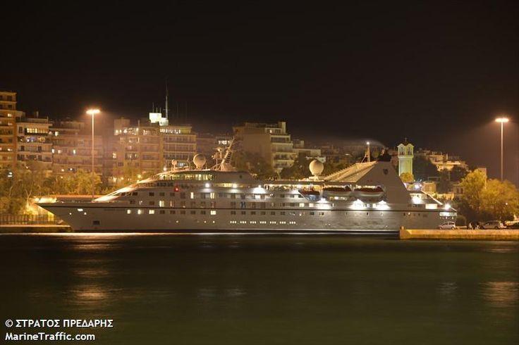 Το Seabourn Legend (τώρα Star Legend)  βράδυ πλευρισμένο στον Πειραιά.