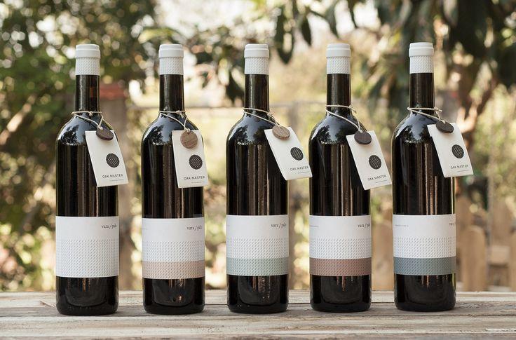 Diseño de etiquetas para familia de vinos. Se trabajó la estrategia para un innovador concepto en el mundo del vino, Oak Master Winery, unos tapones que aportan al vino el carácter del paso por barrica en menos tiempoo. Vara/Palo es el primer producto de este concepto, con 4 variedades de roble. Diseñado en el vértice del minimalismo, dejando destacar el tapón OAK MASTER ®.  VARA/PALO OAK MASTER   BRANDSUMMIT