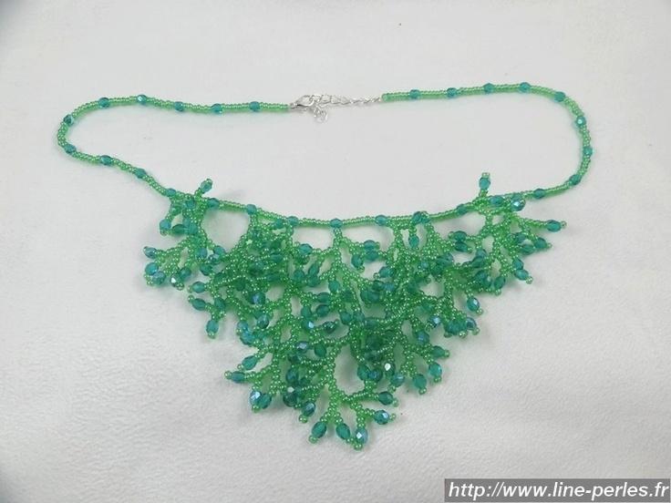 """Collier Corail Vert Emeraude en perles de rocaille et perles de cristal. Fait à la main par """"Line et les perles""""."""