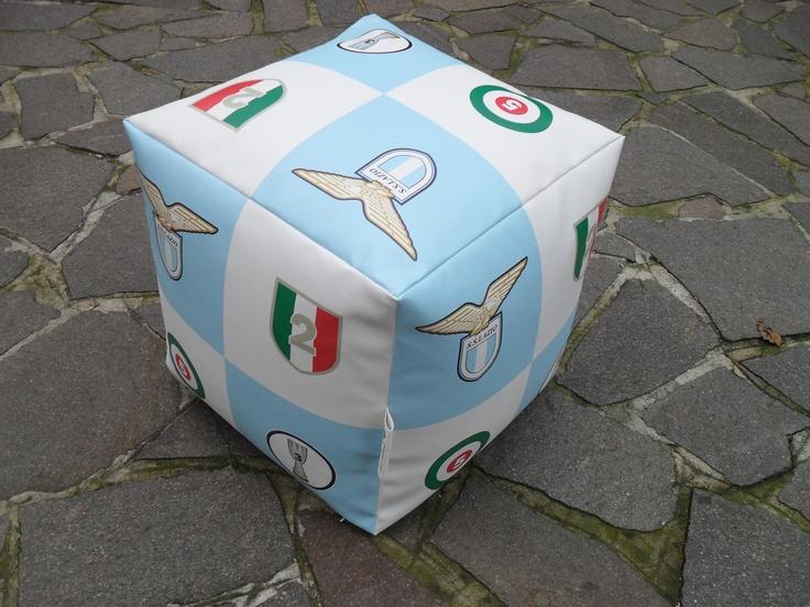 Pouf cubo Lazio realizzato in sky (finta pelle) personalizzati con logo squadra, scudetto, coppa Italia e Supercoppa italiana, stampato in quadricromia. Dimensioni 43x43x43 cm. Stampa digitale.  www.guidoborgonovo.it