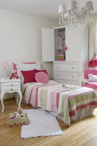 Dormitorio de niña shabby chic, ambientado en fucsia y verde http://www.femeninas.com/ideas-para-el-cuarto-infantil.asp