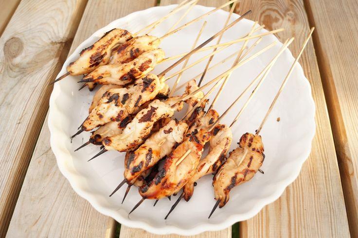 Opskrift på lækre og nemme grillede kyllingespyd med marinade. Marinaden er lavet af blandt andet soyasauce, hvidløg og honning. Se mere her.