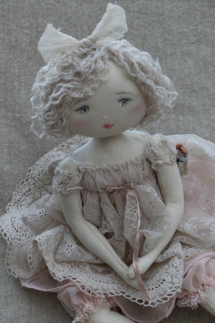 Jolie robe en dentelle pour cette jolie poupée <3