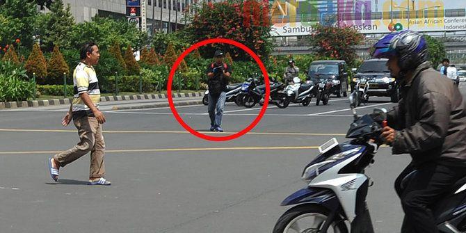 Ini pelaku teror di Sarinah, terlihat acungkan senjata api on 14-1-2014 -10;45