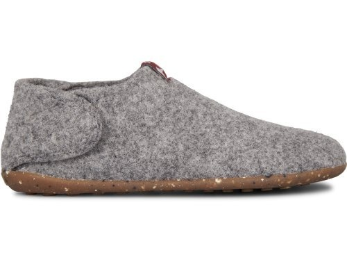 Wabi comes as a dark grey indoor slipper made of wool. It features a recycled rubber outsole which makes it durable and an anatomical last for extra comfort. The Velcro strap makes it easy to put on and off.