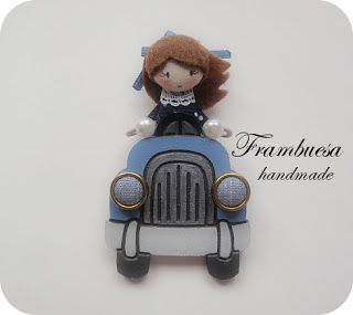 Frambuesa en automovil Azul Broche en DM pintado a mano Muñequita en tela pvp 17eur.Frambuesa: Muñequitas viajeras