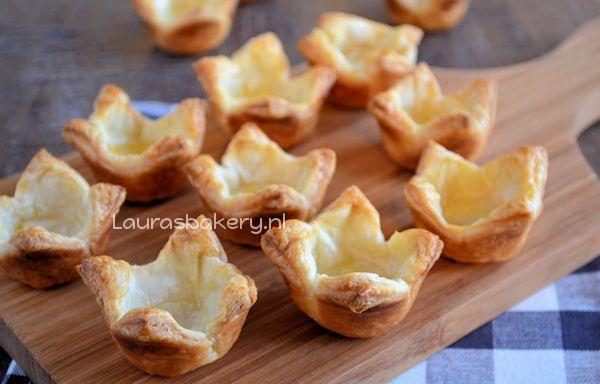 Bladerdeeg bakjes maken - Laura's Bakery Bak de bladerdeeg bakjes in 14 minuten op 225 graden gaar en goudbruin. Wat een leuk idee!