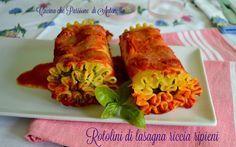 Questi rotolini di lasagna riccia ripieni, semplici da preparare e di grande effetto da presentare in tavola, costiutiscono un piatto a metà tra le classiche lasagne ed i ghiotti cannelloni.