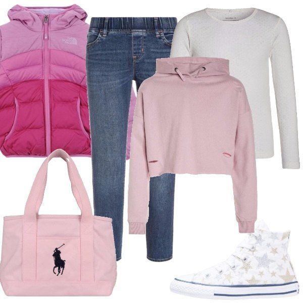 Per un pomeriggio a passeggio propongo jeggings, maglietta a manica lunga, felpa con cappuccio, piumino con interno in piuma d'oca, borsa a spalla e sneakers alte.