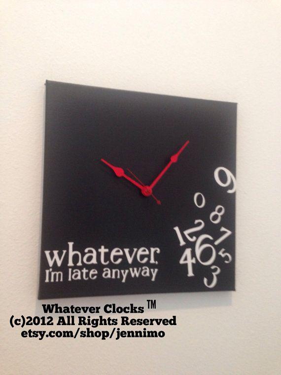 Handgefertigte Uhr, so dass keine zwei identisch sind! Dies ist ein 12 x 12 Holz Uhr, schwarz mit weißem Vinyl-Schriftzug und rote Hände lackiert. Uhr findet eine AA-Batterie (nicht enthalten).    Da es sich um handgefertigte, verfasse ich eine beliebige Farbe, die Sie mögen. Nachricht an mich für besondere Wünsche.    Wollen sie persönliche machen? Fügen Sie einen Namen oder eine kurze Nachricht? Fügen Sie diese zu Ihrem Kauf https://www.etsy.com/listing/124684403/make-it-personal?    Bitte…