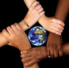 Deze afbeelding past goed bij het begrip; multiculturele samenleving. Bij multicultureel gaat het over meerdere groepen die in de samenleving onderscheiden worden, onderling hebben zij verschillende culturele kenmerken. Deze kenmerken kunnen zijn een andere godsdienst, taal, gebruiken, tradities, muziek, gedragsregels en noem het maar op. Op dit plaatje zie je handen van verschillende mensen met andere huidskleuren. Hun handen vormen elkaar vasthoudend een soort ster om de aarde.