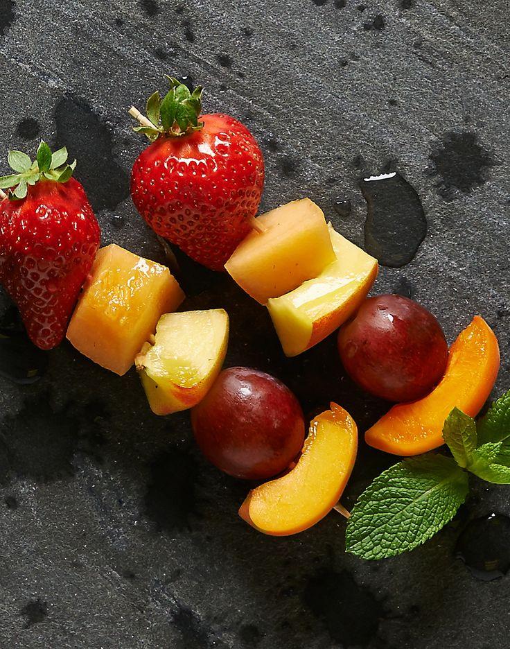 Spiedini di frutta: Solo la miglior frutta di stagione che dalla #campagna vi portiamo dritta, dritta in città #fruit #light #summer #melone #pesca #uva #fragola #SanoAppetito