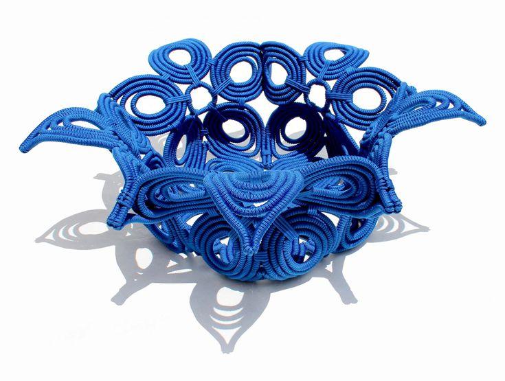 Peça inspirada na cor que estampa a roupa do caboclo que dança Maracatu. Trama feita artesanalmente em corda naval.  Dimensões: 23 cm x 75 com | A x L Peso: 8 kg Disponível em várias cores  Frete sob consulta.