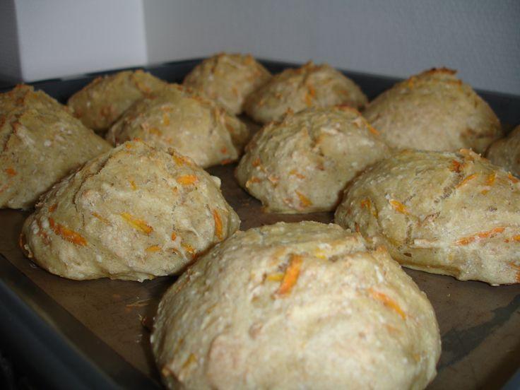 Koldhævede boller med gulerod 18 stk. Ingredienser: 25 g gær 600 g hvedemel170 g havregryn8 dl vand1 spsk. honning1/2 spsk. salt170 g revet gulerod1 spsk. olivenolie Om aften: 1. Rør gæren ud i vandet, tilsæt salt, olie, honning, gulerødder og havregryn. Rør hvedemelet i dejen lidt efter lidt, og rør til dejen er glat. Dæk...Læs mere »