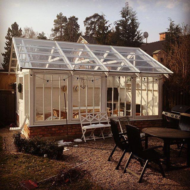 Bygga orangeri/växthus steg för steg.27. Sista plåtarbetena klara på taket. Alla fönster på plats. Klart! Hela byggbeskrivningen finns att ladda ner på byggvarulistan.se. #tegelgolv #takläkt #renovera #fönster #takstol #hammarband #stomme #kalkfärg #slamma #linolja #orangeri #orangerie #uterum #mys#trädgård #diy #byggbeskrivning #bygger #tegel #mura #växthus #garden #DIY #GDS