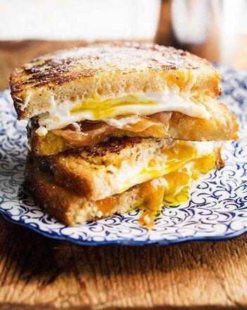 目玉焼き入りモンティクリストは、チーズ、ハム、とろとろ卵とアプリコットジャムのハーモニーがたまらないおいしさ。とろっとコクのある味わいが、お口いっぱいに広がります。
