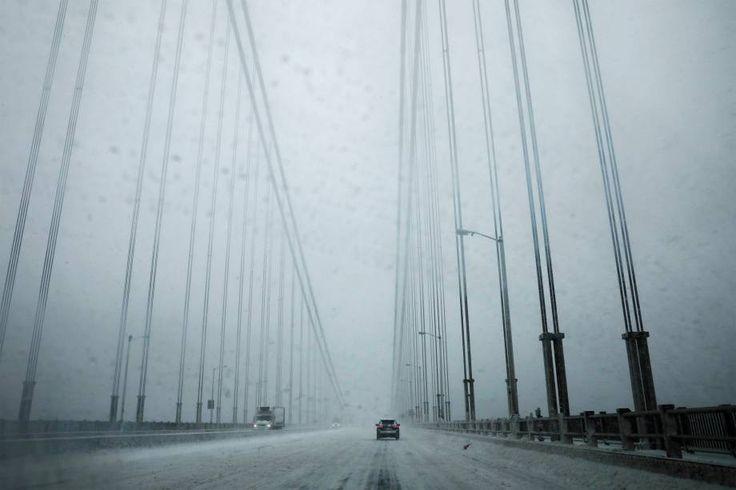 Carro atravessa a ponte George Washington, que liga Nova Jersey à cidade de Nova York, durante nevasca-09/02/2017 (Mike Segar/Reuters)