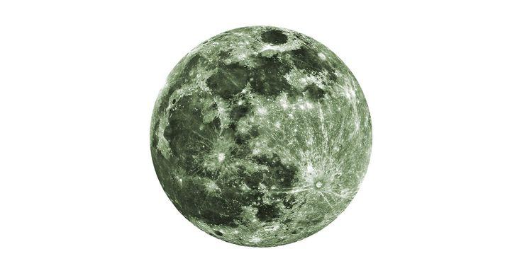 Sol, måne och stjärnor. Månens yta är för evigt inspirerande. Moon är ett stycke glaskonst som drar blickarna till sig och gör dig nyfiken.