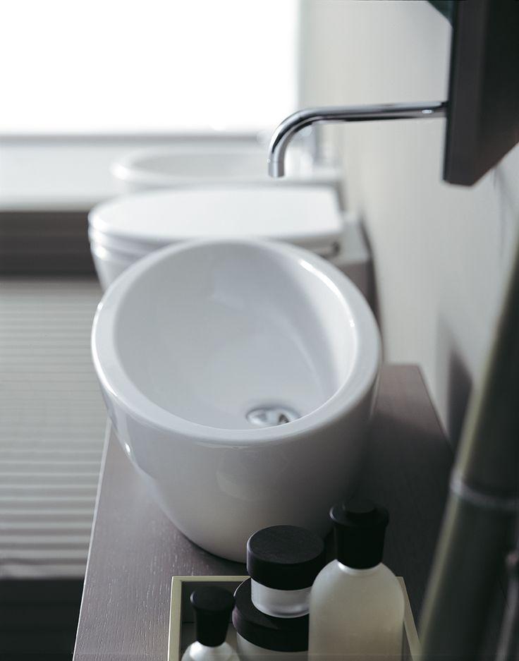 La forma ovale di #LFT64 di @ceramicasimas, ridisegna lo spazio del tuo #bagno, con un #lavabo d'appoggio originale ed ampio che sa coniugare #design e funzionalità. www.gasparinionline.it #casa #interiors #homedecor #bathroomideas #sink #picoftheday #moderndesign