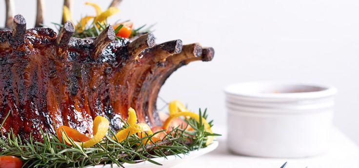 Come como rey con esta deliciosa corona de cerdo al horno y déjate consentir y deleitar por su inigualable sabor.