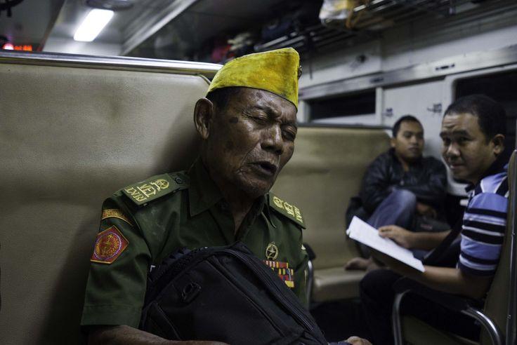 Mbah Ngadiman, veteran  perang 45 yang jago menyanyi keroncong. Mbah Ngadiman menghibur penumpang kereta dengan lagu2nya.