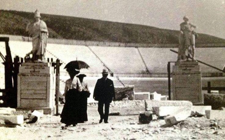 Έξω από το Παναθηναϊκό στάδιο πριν ολοκληρωθούν τα έργα για τους Ολυμπιακούς αγώνες το 1896